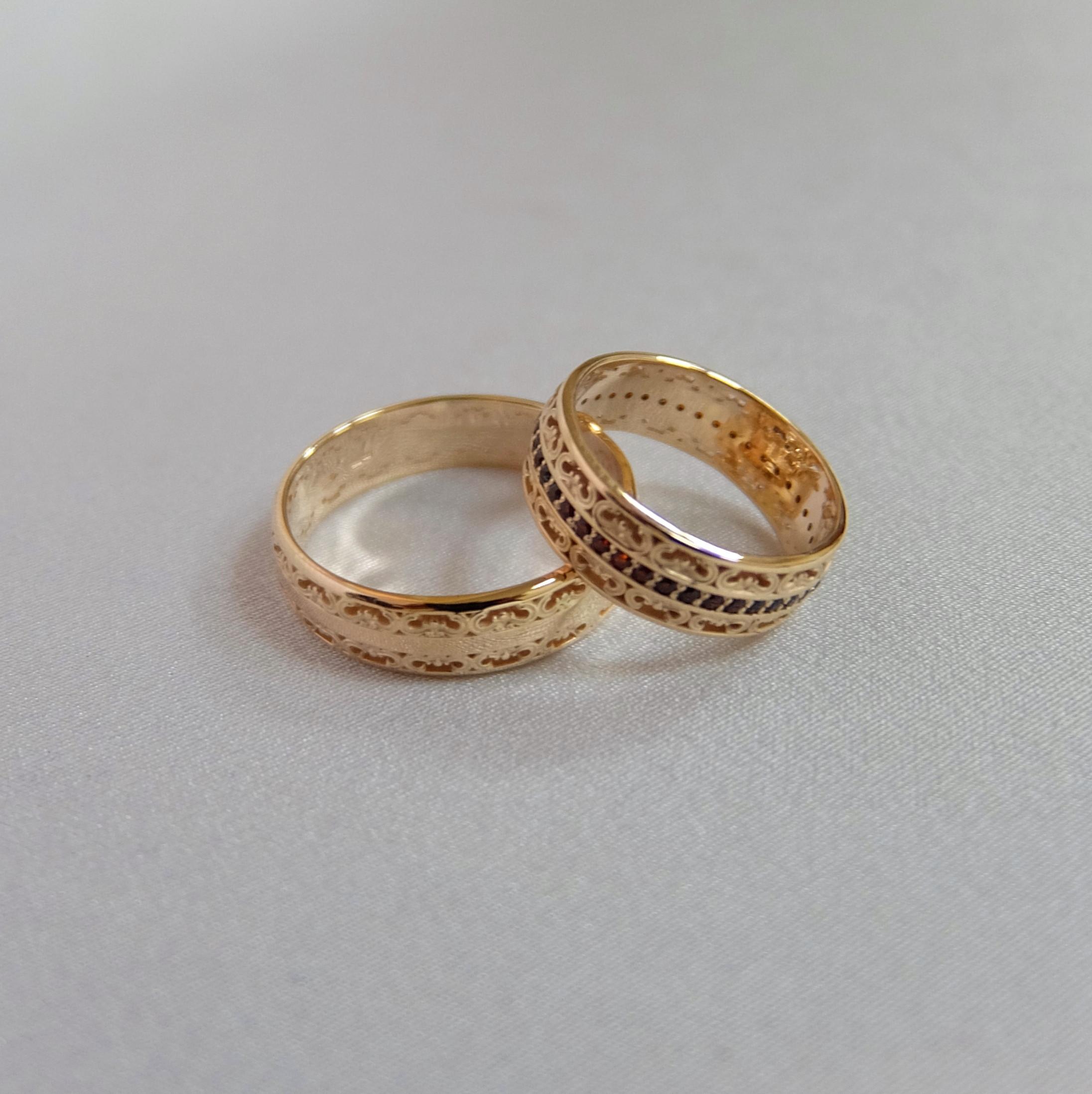 b2f3e45815c9 Обручальные кольца с круглыми камнями и гравировкой